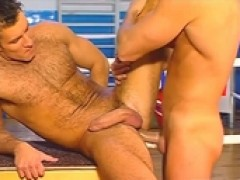 2 guys do some great 69 action in a gym