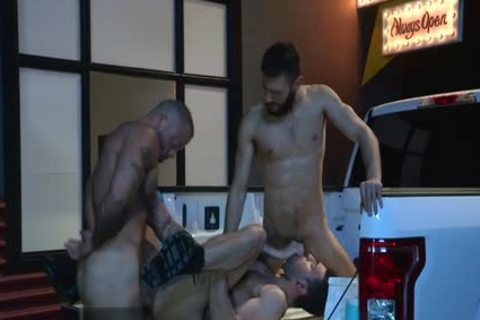 Muscle Bear threesome With Facial love juice