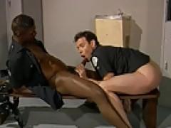 3some de policias en el vestuario de la comisaria