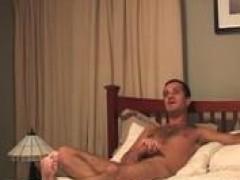 Muscle man nakedback bangs a skinny fellow