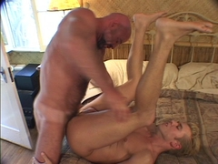 Muscled Bear copulates blonde Bottom