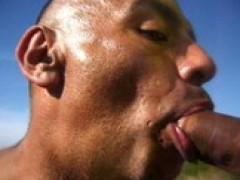 Sucer et manger ejaculatee sur la plage