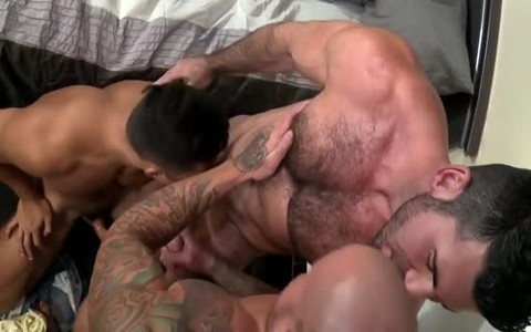 Muscle three-some sexy fuck