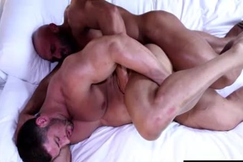 Muscle Bodybuilder fellatio-stimulation With cumshot