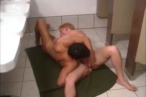 T & R Have Sex In Restroom