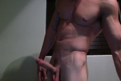 Muscle Hunk Jerks Off On cam