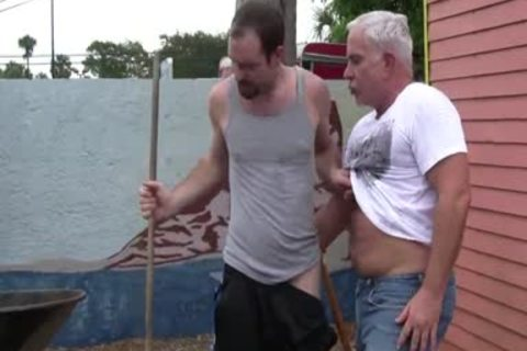 Jardineiro Levando Ferro